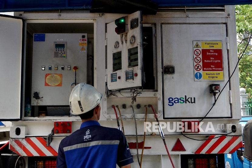 Petugas melakukan pengisian BBG ke kendaraan umum di Mobile Refueling Unit (MRU) SPBG Monas, Jakarta, Ahad (20/8).
