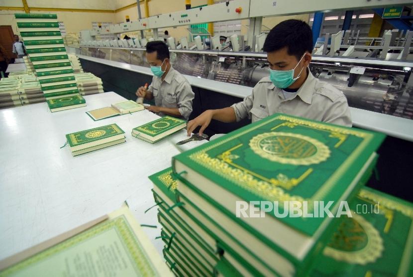 Petugas melakukan proses pencetakan Alquran di Unit Percetakan Al Quran (UPQ) Ciawi, Bogor, Jawa Barat, Selasa (24/10).