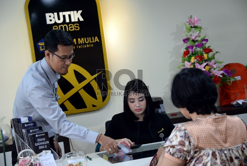 Petugas melayani pembelian emas ANTAM di gerai butik emas Logam mulia (LM) Jakarta II di Gedung Sarinah, Jakarta.