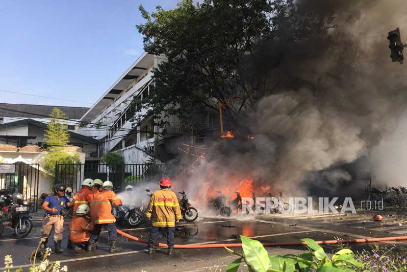 Officers extinguished the fire that burned a number of bicycles shortly after an explosion at the Pentecostal Church of Surabaya (GPPS), Surabaya, East Java, on Sunday (May 13).