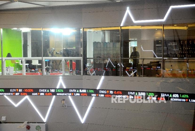 Petugas memantau pergerakan Indeks Harga Saham Gabungan (IHSG) di Gedung Bursa Efek Indonesia, Jakarta. ilustrasi