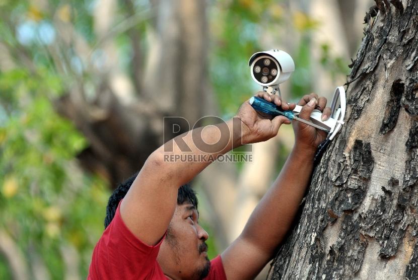 Petugas memasang CCTV kamera di depan Istana Negara, Jakarta, Jumat (25/9).