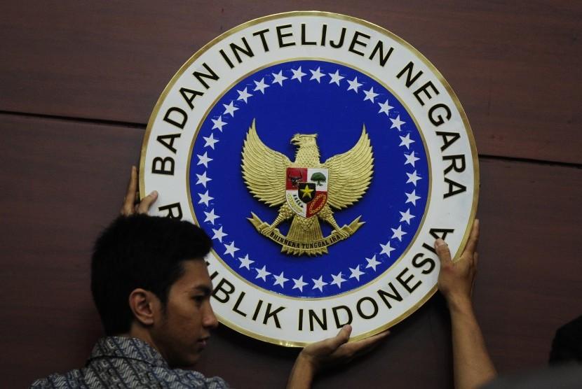 Petugas memasang logo Badan Intelijen Negara (BIN) di Kantor BIN Jakarta, Jumat (15/1).