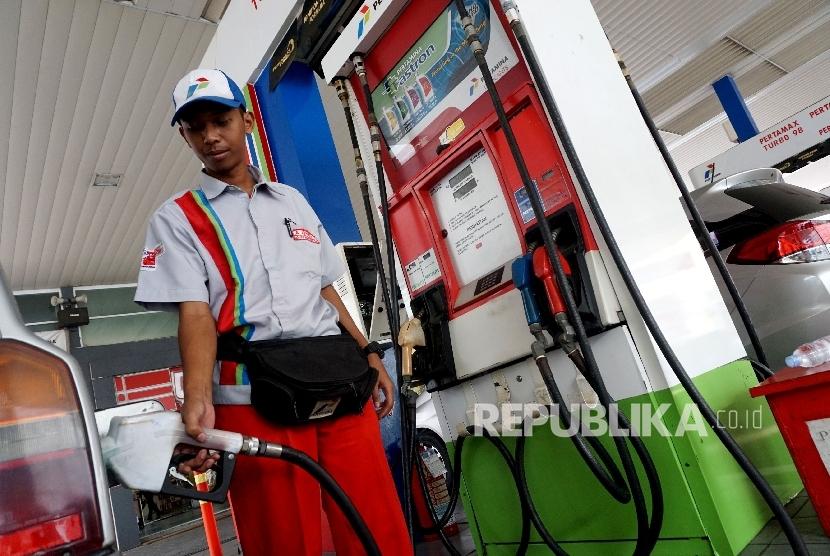 Petugas membantu konsumen mengisi Bahan Bakar Minyak (BBM) pada kendaraan di SPBU. ilustrasi