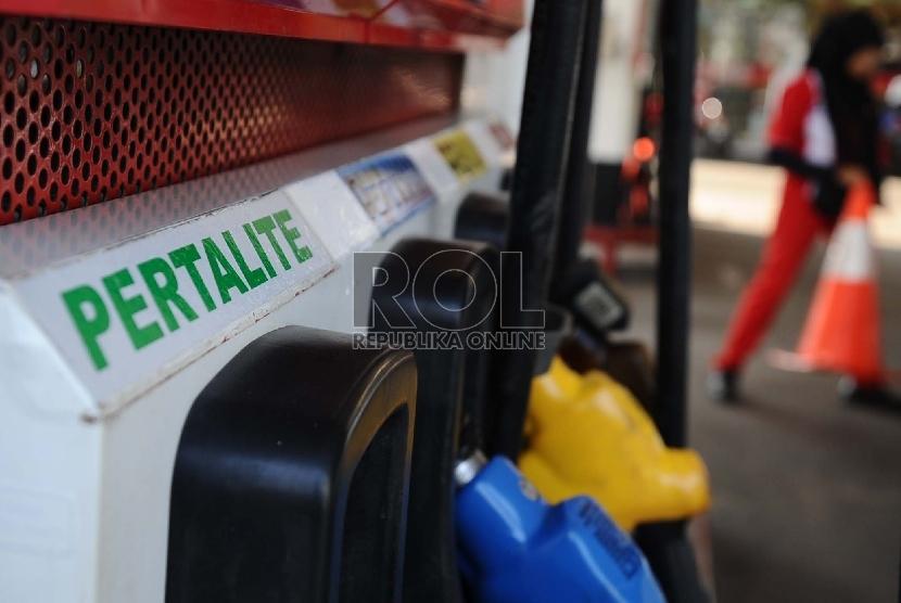 Petugas memegang keran pompa bensin jenis Pertalite di SPBU, Jakarta, Rabu (22/7).  (Republika/Tahta Aidilla)