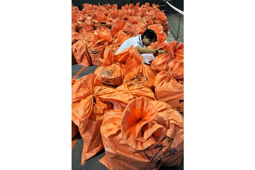 Petugas memeriksa paket berisi soal ujian calon pegawai negeri sipil (CPNS) saat tiba di Kantor Gubernur Sulsel, Jumat (25/10).    (Antara/Yusran Uccang)