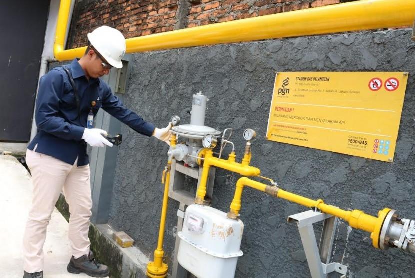 Petugas memeriksa ppa PGN di area Jawa Timur.