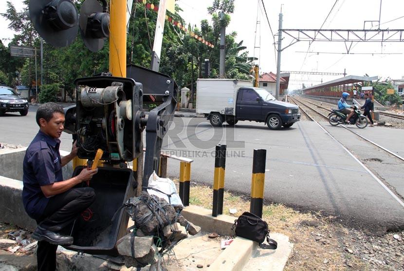 Petugas memperbaiki palang pintu kereta api di Grogol, Jakarta Barat, Senin (1/9). (Republika/ Yasin Habibi)