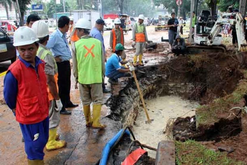 Ilustrasi perbaikan pipa air bocor milik PT PAM Lyonnaise Jaya (Palyja).