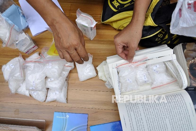 Petugas memperlihatkan barang bukti narkotika jenis sabu (ilustrasi)