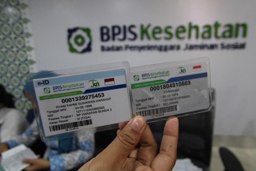 Petugas memperlihatkan kartu BPJS Kesehatan elektronik identitas (e-ID) dan kartu peserta BPJS Kesehatan di kantor BPJS Medan, Sumatera Utara, Selasa (8/9).