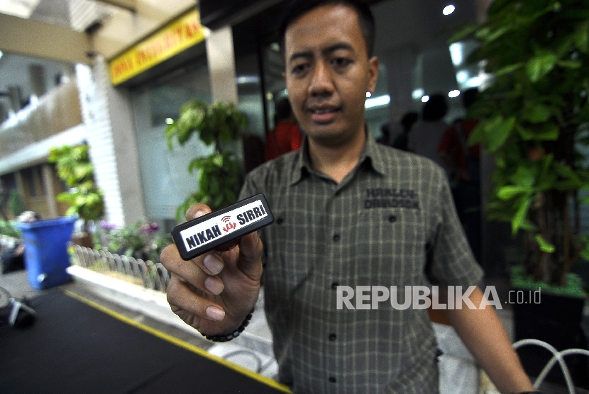 Police officer showed a stamp during an expose on the nikahsirri.com criminal case at Jakarta Metro Police, Sunday (September 24).