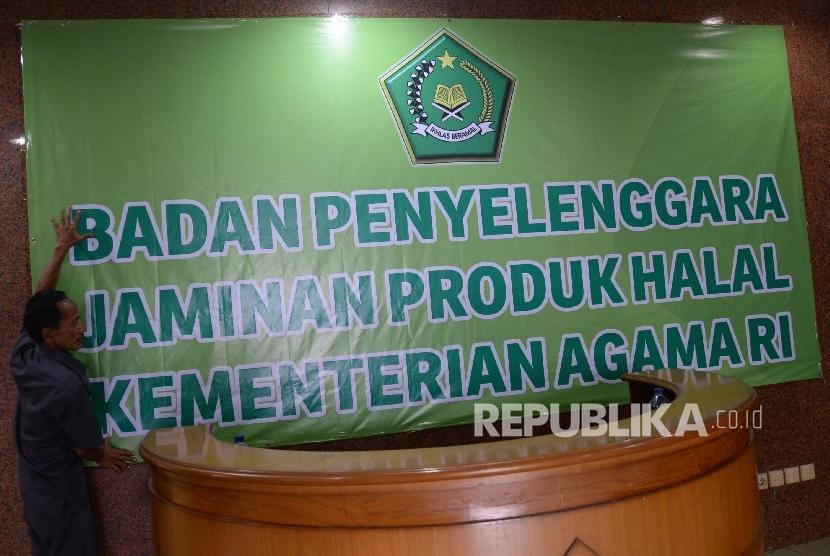 Petugas mempersiapkan kantor baru Badan Penyelenggara Jaminan Produk Halal (BPJPH) yang bertempat di Gedung Laboratorium Halal, Pondok Gede, Jakarta Timur, Selasa (25/4).