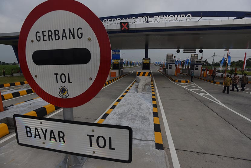 Petugas mempersiapkan peresmian pengoperasian Tol Surabaya-Mojokerto (Tol Sumo) di Gerbang Tol Penompo, Mojokerto, Jawa Timur, Sabtu (19/3).
