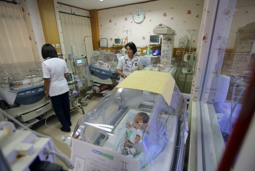 Petugas mengecek kondisi bayi kembar empat yang masih dalam perawatan intensif dokter di ruang NICU (Neonatal Invasive Care Unit) RS Siloam Surabaya, Jawa Timur, Senin (14/11).