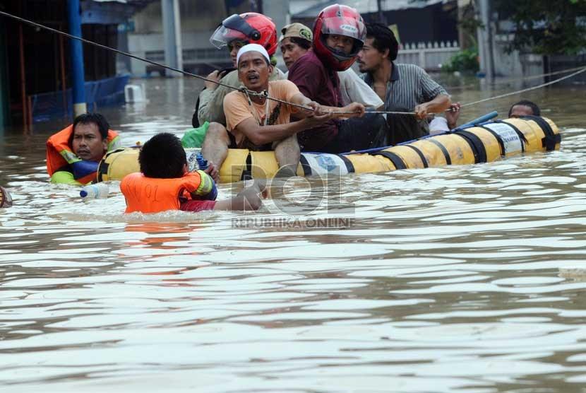 Air Sungai Ciliwung meluap hingga memenuhi Jalan KH Abdullah Syafei di Tebet, Jakarta Selatan, Rabu (16/1).  (Republika/Aditya Pradana Putra)