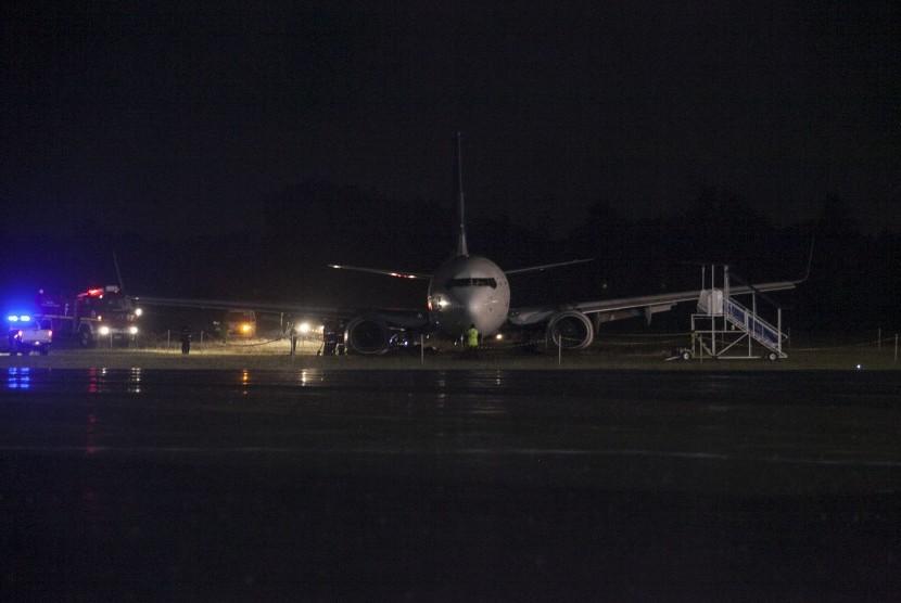 Petugas mengevakusi badan pesawat Garuda Indonesia GA 258 PK-GNK di Bandara Adisucipto, Sleman, DI Yogyakarta, Rabu (1/2).