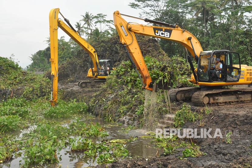 Petugas menggunakan alat berat mengangkat enceng gondok dari permukaan danau alam Rawapening, kabupaten Semarang, Jawa Tengah.