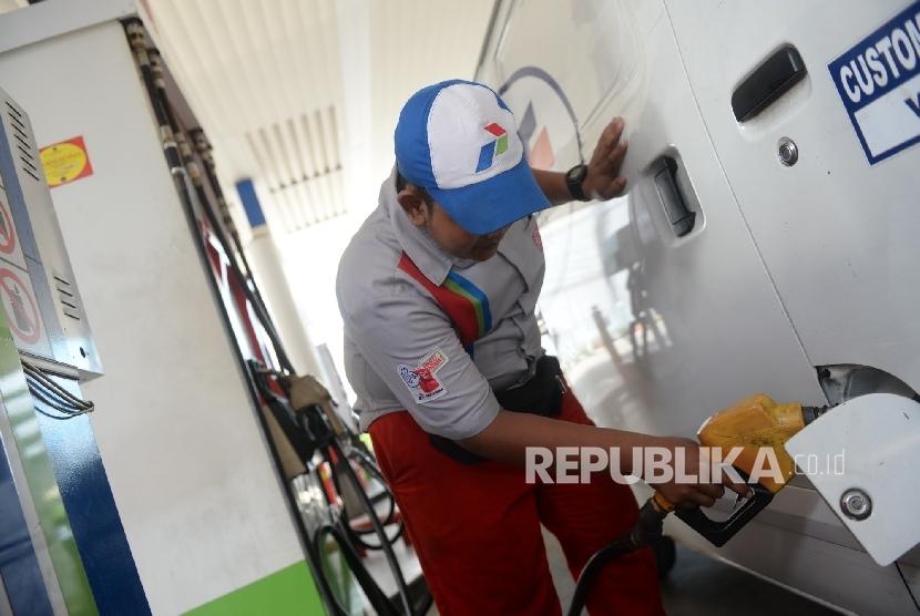Petugas mengisi BBM di SPBU COCO Pertamina, Jakarta, Ahad (25/9).