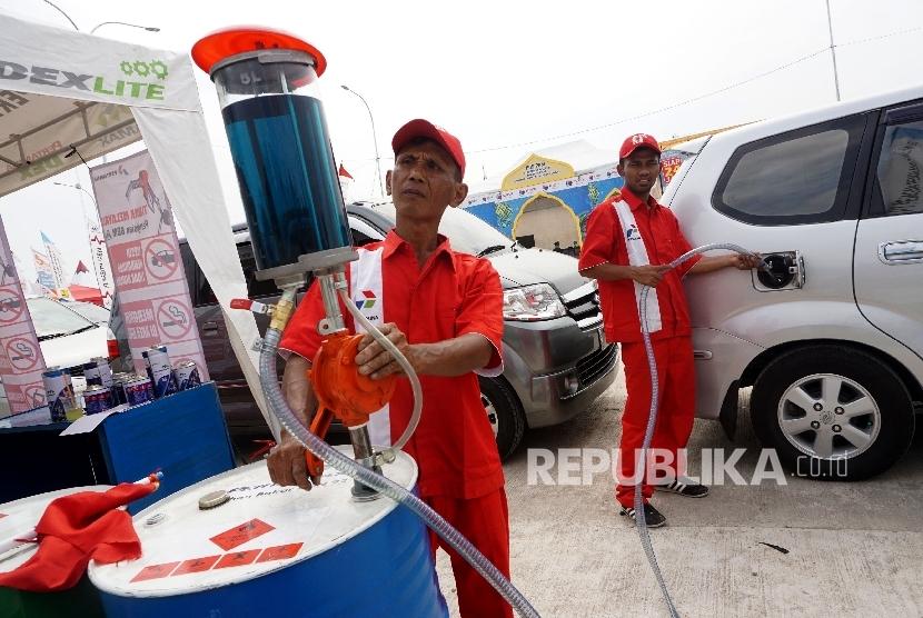Petugas mengisi BBM kendaraan pemudik di rest area tol fungsional Brebes - Gringsing, Jateng, Rabu (21/6).