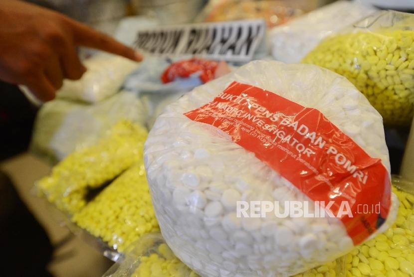 Petugas menunjukan obat ilegal saat konferensi pers di Bareskrim Polri, Jakarta, Selasa (6/9).