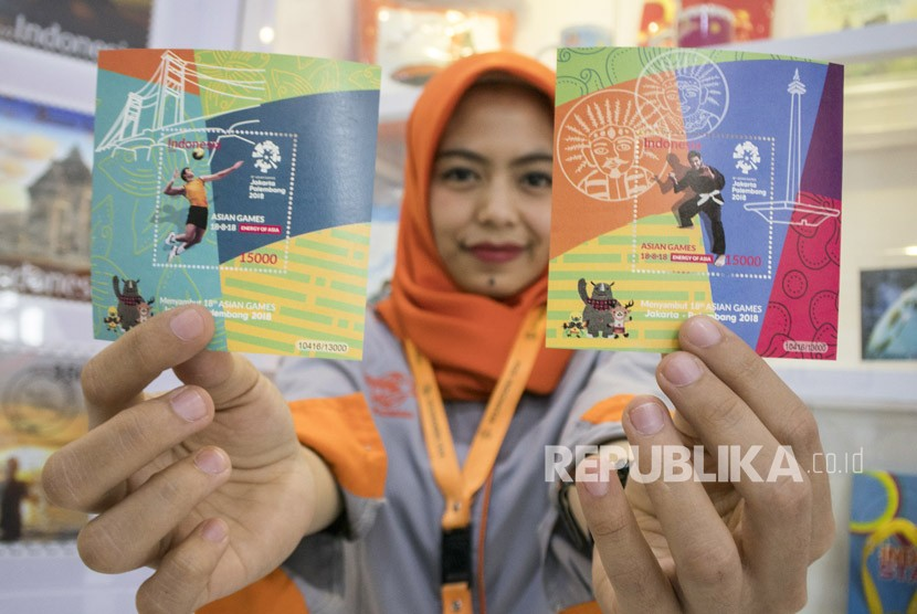 Petugas menunjukkan prangko edisi khusus Asian Games 2018 di Kantor Pos Besar, Bandung, Jawa Barat, Senin (19/2).