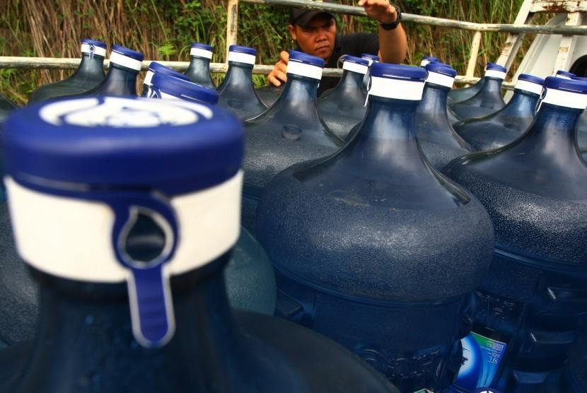 Puluhan air mineral galon merk Aqua palsu yang berhasil diamankan polisi (ilustrasi)