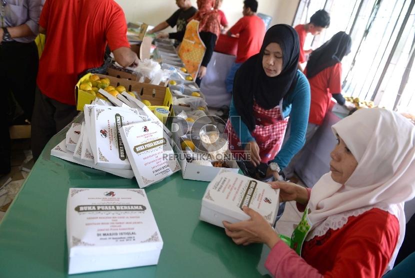 Petugas menyiapkan makanan berbuka puasa bersama di dapur Masjid Istiqlal, Jakarta, Ahad (21/6).   (Republika/Wihdan)