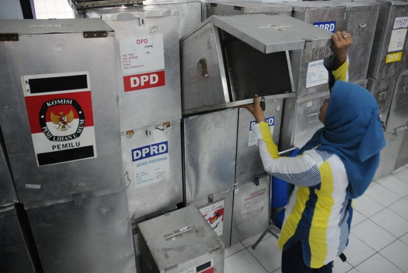 Petugas Panitia Pemilihan Kecamatan (PPK) Menteng menyiapkan kotak-kotak suara Pilkada DKI Jakarta 2012-2017 di Kantor Kecamatan Menteng, Jakarta Pusat, Selasa (19/6). (Aditya Pradana Putra/Republika)