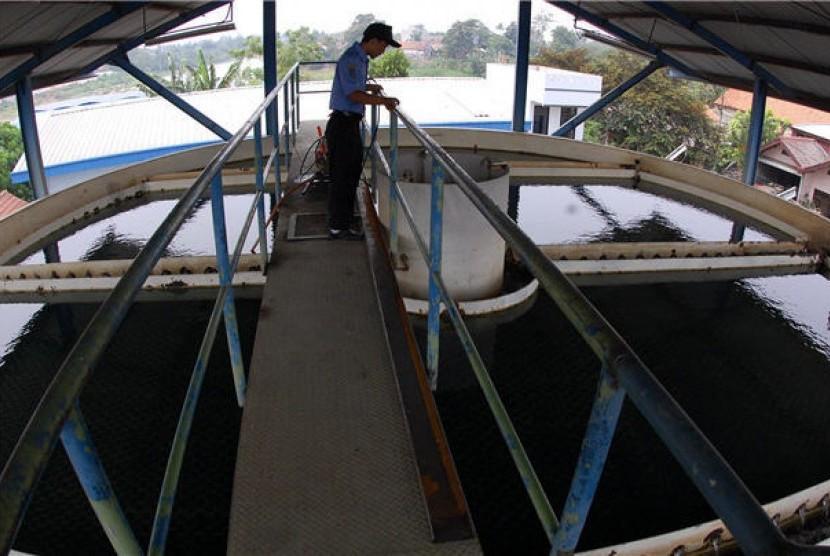 Petugas PDAM mengecek Instalasi Pengolahan Air. (ilustrasi)