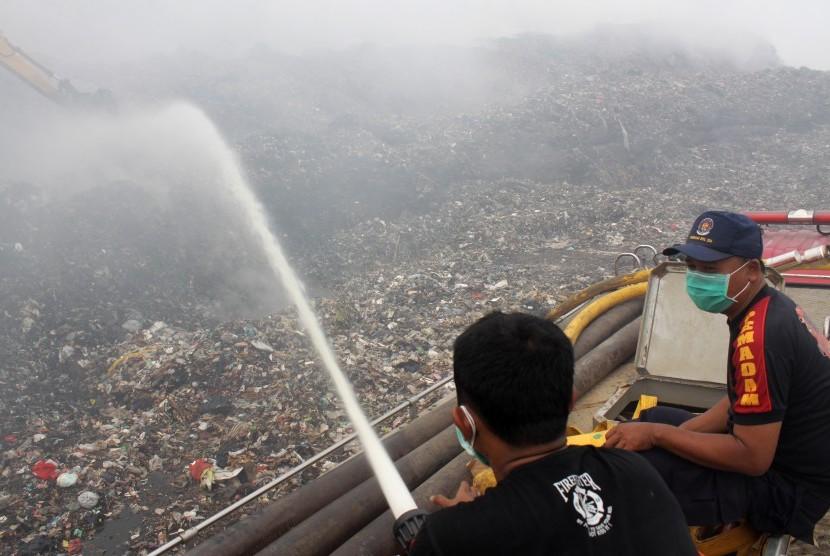 Petugas pemadam kebakaran berusaha memadamkan api kebakaran gunungan sampah di Tempat Pengolahan Sampah Terpadu (TPST) Bantargebang, Bekasi, Jawa Barat, Selasa (15/9).