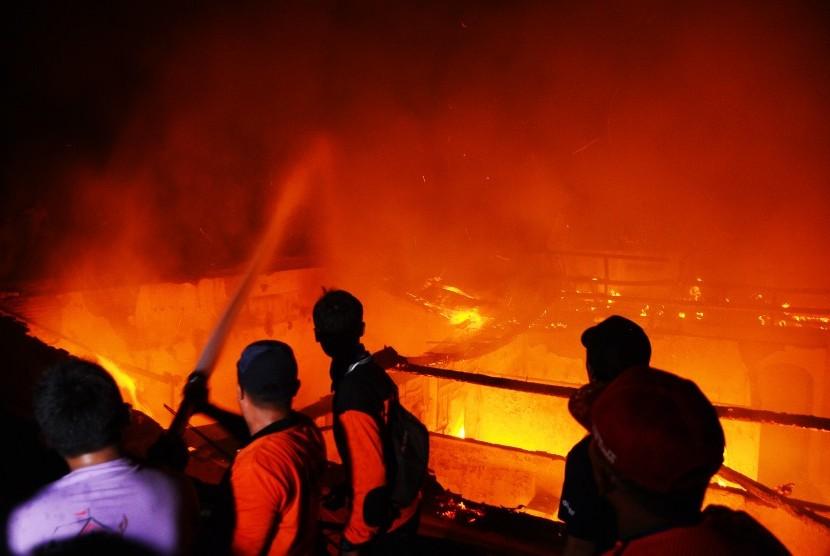 Wow, Rumah Hangus Terbakar Saat Hujan Deras