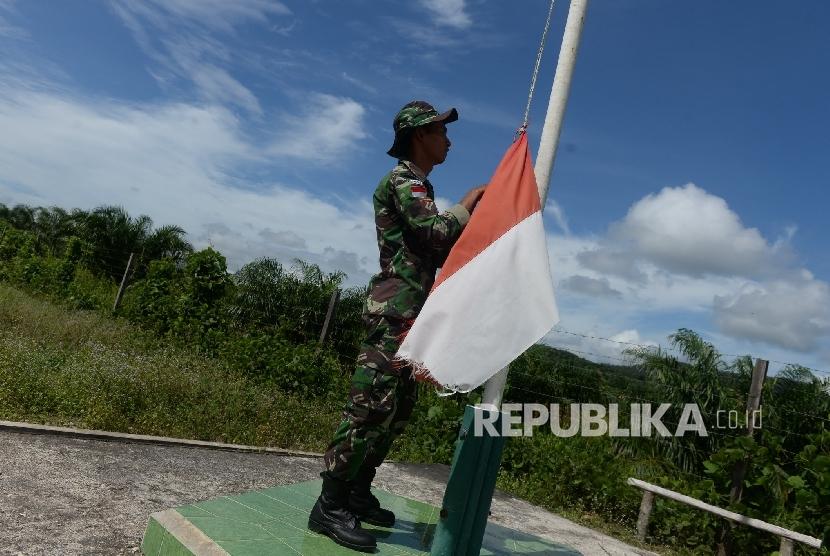 Petugas Pengamanan Perbatasan Indonesia-Malaysia Pos Saparan melakukan patroli rutin di kawasan Saparan, Bengkayang, Kalimantan Barat, Kamis (28/1). (Republika/Wihdan)