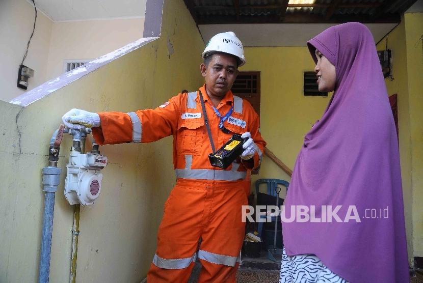 Petugas perusahaan Gas Negara (PGN) melakukan pengecekan meteran saluran pipa gas di Perumahan Permata Harjamukti, Cirebon, Jawa Barat, Senin (17/10).