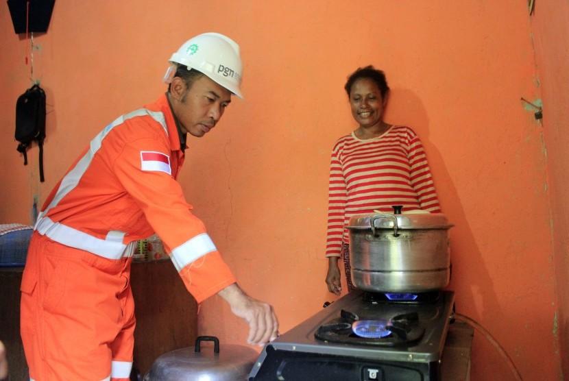 Petugas Perusahaan Gas Negara (PGN) saat mengecek penggunaan gas rumah tangga. (ilustrasi)