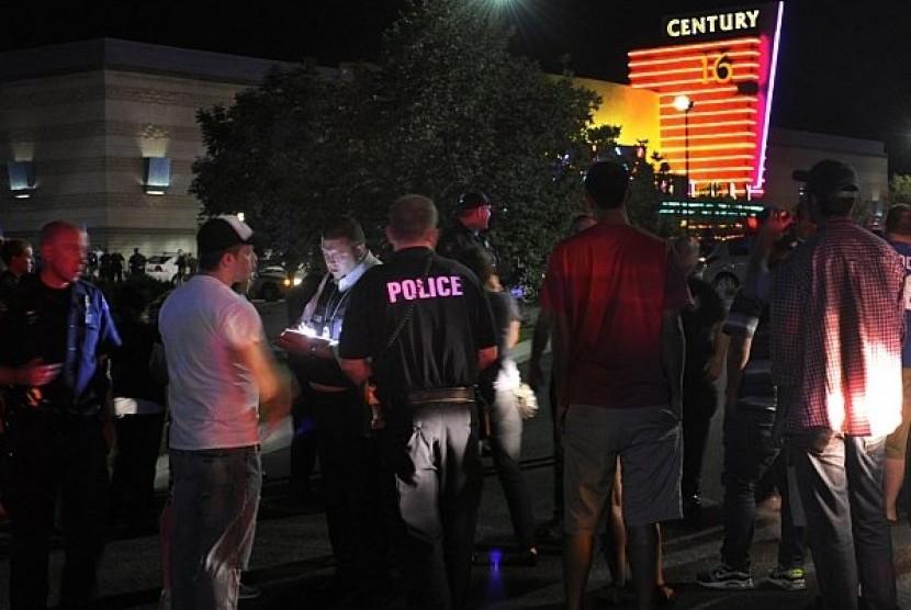 Petugas Polisi Aurora, Denver, menanyai saksi mata dalam insiden penembakan di gedung bioskop yang tengah memutar film terbaru Batman. Sejumlah 12 orang dinyatakan tewas dalam peristiwa tersebut.