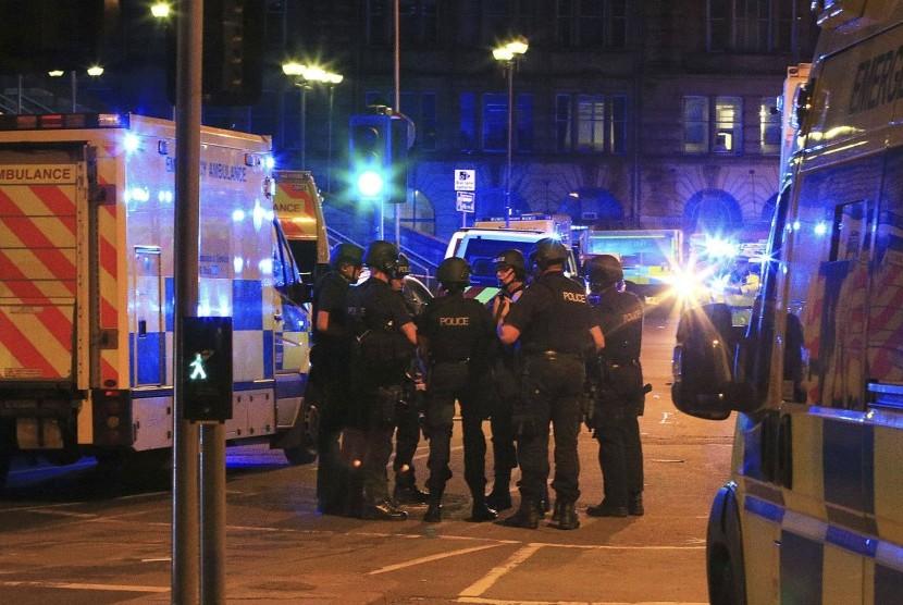 Petugas polisi berkumpul usai ledakan di Manchester Arena tempat penyanyi Ariana Grande sebelumnya menggelar konser, Selasa (23/5).