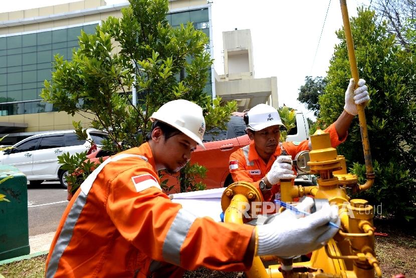 Petugas PT PGN memeriksa Regulator System di RS Azra, Bogor, Jawa Barat, Kamis (28/9).