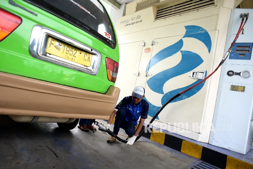 Petugas PT PGN mengisi bahan bakar gas (BBG) angkutan kota di SPBG Jl Moh A Salmun, Bogor, Jawa Barat, Kamis (28/9).