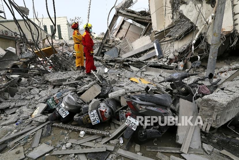 Petugas SAR mencoba mengevakuasi korban dari gedung 17 lantai yang rubuh akibat gempa di Taiwan, Sabtu (6/2).