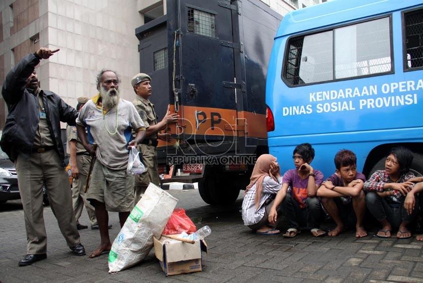 Petugas Satpol PP merazia sejumlah gelandangan dan pengemis di kawasan Blok M, Jakarta Selatan, Jumat (5/7).  (Republika/Yasin Habibi)