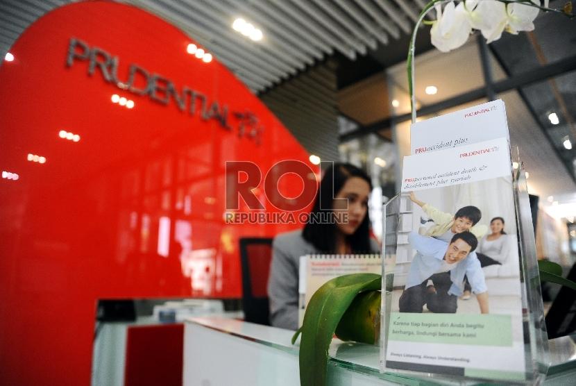 Petugas sedang berjaga di Kantor pusat Customer Care Prudential, Jakarta, Kamis (25/6).