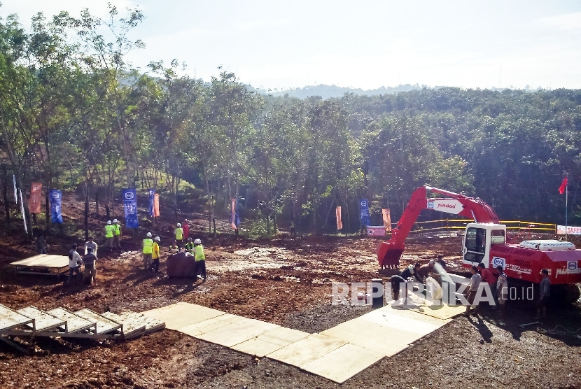 Petugas sedang meratakan tanah di lokasi ground breaking Kereta Api Cepat, Jakarta-Bandung di Ciwalini Kabupaten Bandung.