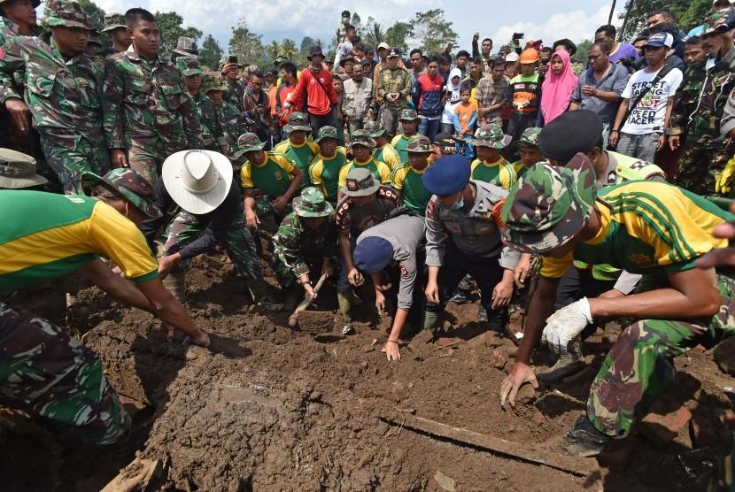 Petugas TNI, Polri, serta Basarnas mencari korban pascabanjir bandang aliran Sungai Cimanuk di Lapangparis, Tarogong Kidul, Kabupaten Garut, Jabar, Jumat (23/9).