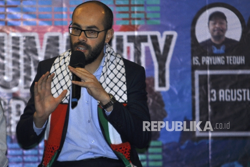 Pewakilan dari Palestine Syeikh Al Iman Abdul Qadir Al Mabhuh (kanan) menyampaikan paparanya saat acara talkshow Sound Of Humanity, Konser Cinta bagi Rakyat Palestina, disalah satu Caffe Sawangan, Depok, Kamis (3/8).