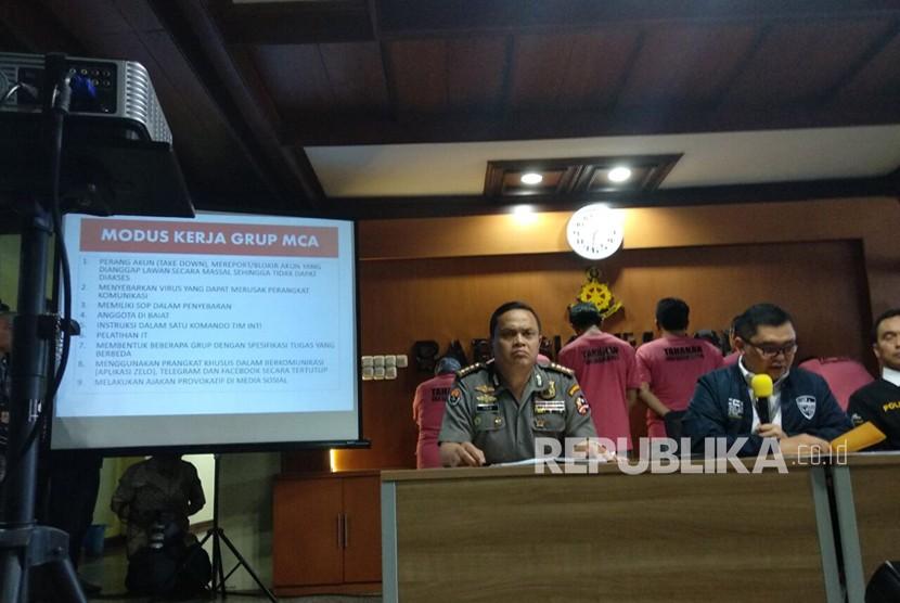 Pihak Ditsiber Bareskrim Polri malakukan konferensi pers di gedung Bareskrim, Cideng, Jakarta Pusat, Rabu (28/2), terkait penangkapan enam tersangka dari grup The Family MCA yang diketahui melakukan penyebaran kebohongan dan ujaran kebencian di media sosial.