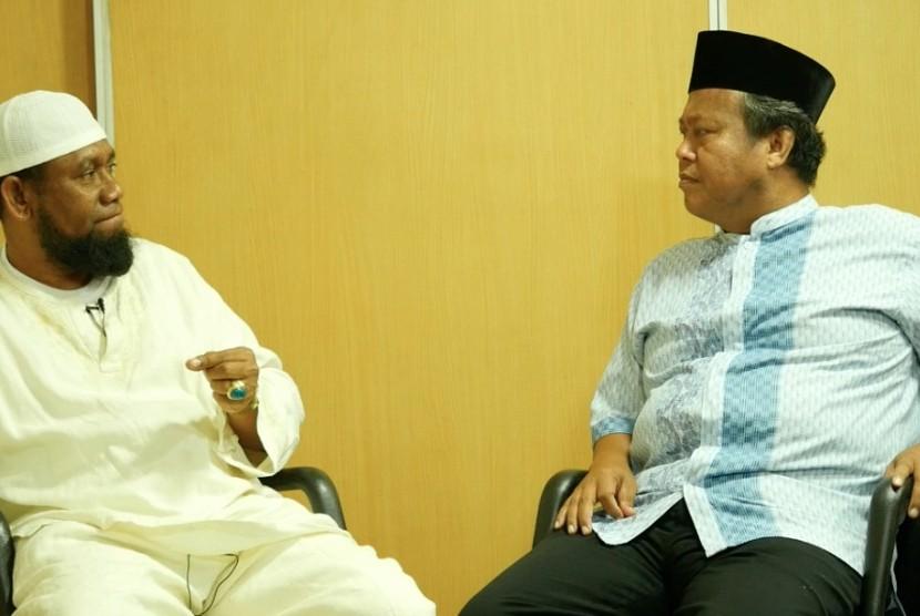 Pimpinan Al Fatih Kaafah Nusantara (AFKN), Ustaz Fadhlan Gharamatan (kiri) bersama wartawan Republika, Damanhuri Zuhri