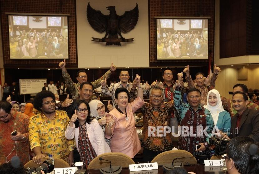 Pimpinan DPD RI terpilih  berfoto usai rapat Paripurna Luar Biasa DPD, Nusantara V Gedung Parlemen, Senayan, Jakarta, Selasa (11/10).