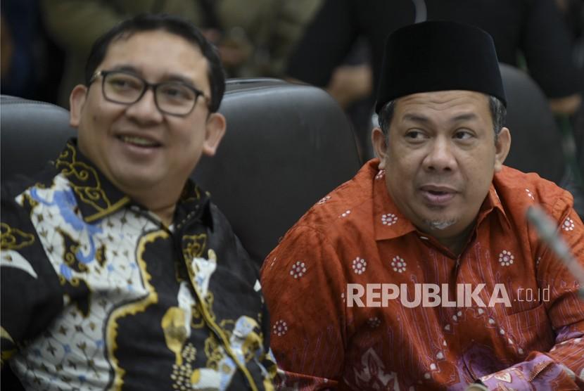 Pimpinan DPR Fadli Zon (kiri) dan Fahri Hamzah memimpin rapat konsultasi dengan pemerintah di Kompleks Parlemen, Senayan, Jakarta, Kamis (1/2).