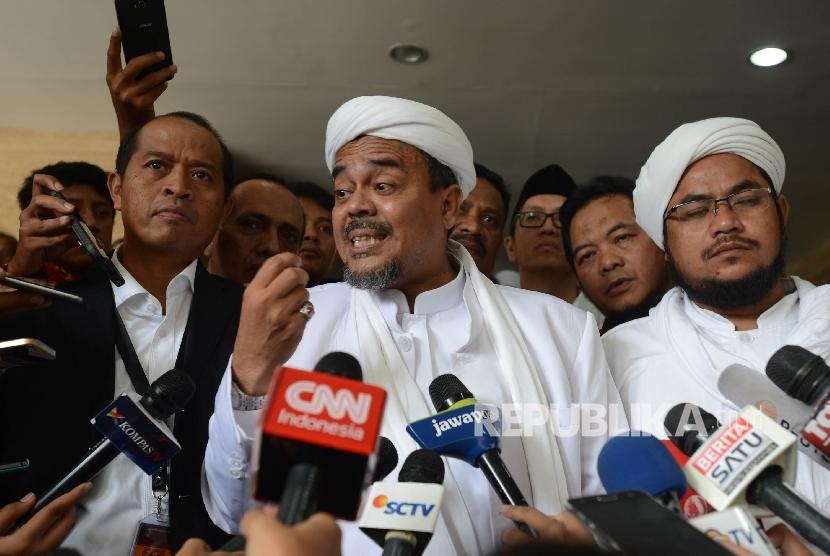 Pimpinan Front Pembela Islam (FPI) Rizieq Shihab dimintai keterangan oleh awak media seusai menjadi saksi ahli dalam sidang dugaan kasus penistaan agama dengan terdakwa Gubernur DKI Jakarta Basuki Tjahaja Purnama yang diselenggarakan oleh Pengadilan Negeri